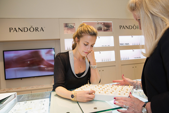 Ashley Wagner「Ashley Wagner Visits Alderwood Mall PANDORA Store」:写真・画像(12)[壁紙.com]