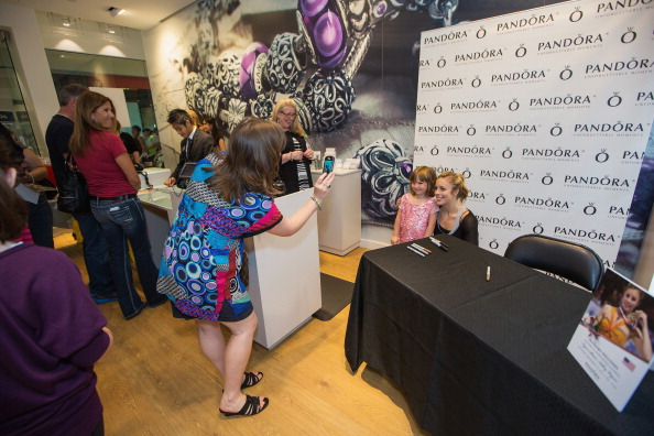 Ashley Wagner「Ashley Wagner Visits Alderwood Mall PANDORA Store」:写真・画像(17)[壁紙.com]