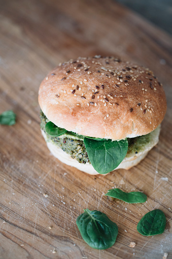 Veggie Burger「Homemade vegan burger with avocado cream spinach and fritter」:スマホ壁紙(17)