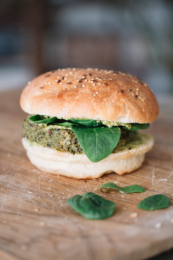 Veggie Burger「Homemade vegan burger with avocado cream spinach and fritter」:スマホ壁紙(2)