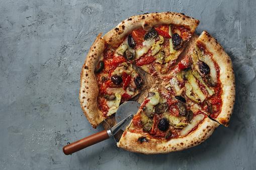 Gray Background「Homemade vegan Artichoke and Olive Pizza」:スマホ壁紙(17)