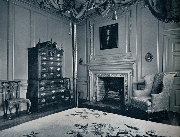 Furniture「A New England Chest-on-Chest with Bombe Base in one of the bedrooms of the palace of Williamsburg, Artist: Unknown」:写真・画像(12)[壁紙.com]