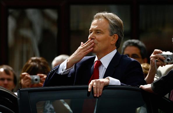 Blowing a Kiss「Tony Blair Formally Announces His Resignation」:写真・画像(11)[壁紙.com]