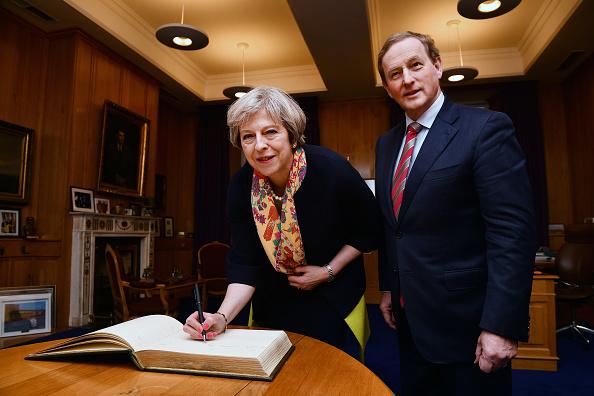 Writing「Theresa May Meets Irish Taoiseach Enda Kenny」:写真・画像(19)[壁紙.com]