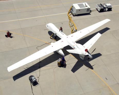 無人航空機「July 2, 2008 - Ground crewmen prepare the Ikhana remotely piloted research aircraft for another flight. Ikhana's infrared imaging sensor pod is visible under the left wing. 」:スマホ壁紙(19)