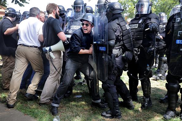 対決「Violent Clashes Erupt at 'Unite The Right' Rally In Charlottesville」:写真・画像(10)[壁紙.com]