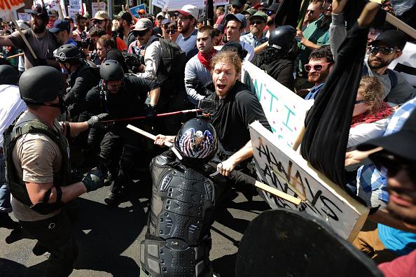 対決「Violent Clashes Erupt at 'Unite The Right' Rally In Charlottesville」:写真・画像(8)[壁紙.com]