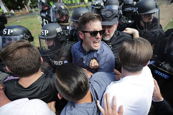 対決「Violent Clashes Erupt at 'Unite The Right' Rally In Charlottesville」:写真・画像(4)[壁紙.com]