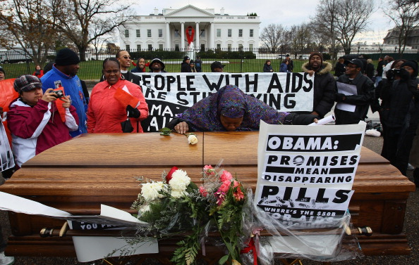 Win McNamee「Activists Hold Mock Funeral At White House On World AIDS Day」:写真・画像(4)[壁紙.com]