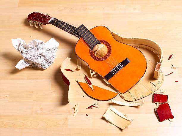 Smashed acoustic guitar:スマホ壁紙(壁紙.com)