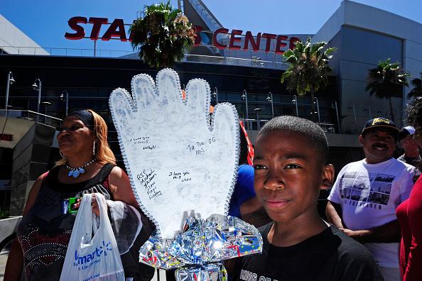 White Glove「Fans Remember Michael Jackson in Los Angeles」:写真・画像(19)[壁紙.com]