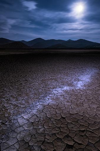 月「Cracked mud in moonlight, Prishtina, Kosovo」:スマホ壁紙(4)