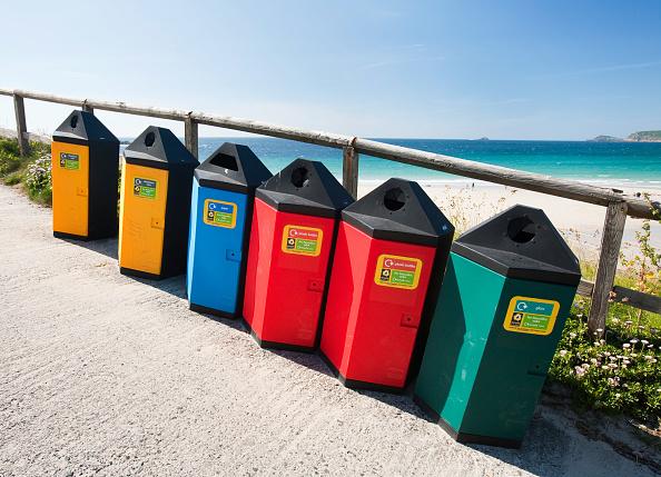 Recycling Bin「Recycling bins at Sennen Cove, Cornwall, UK.」:写真・画像(2)[壁紙.com]