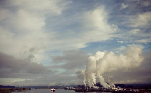 雲「Smoke, steam, and pollution rises from an industrial plant.」:スマホ壁紙(7)