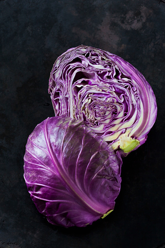 Cabbage「Two halves of purple Sweetheart Cabbage on dark ground」:スマホ壁紙(4)