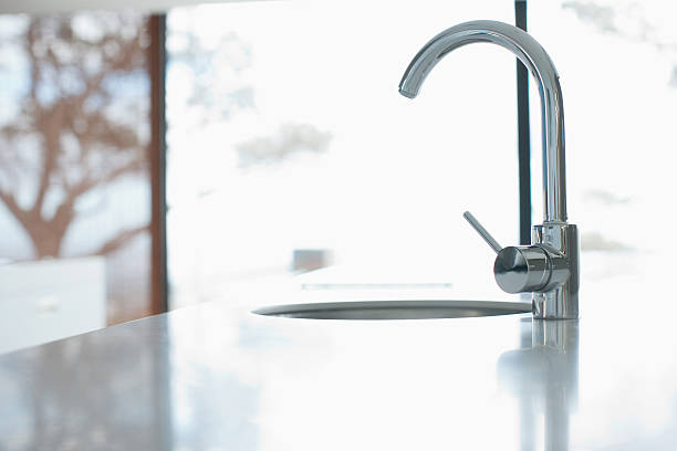 Kitchen faucet in modern home:スマホ壁紙(壁紙.com)
