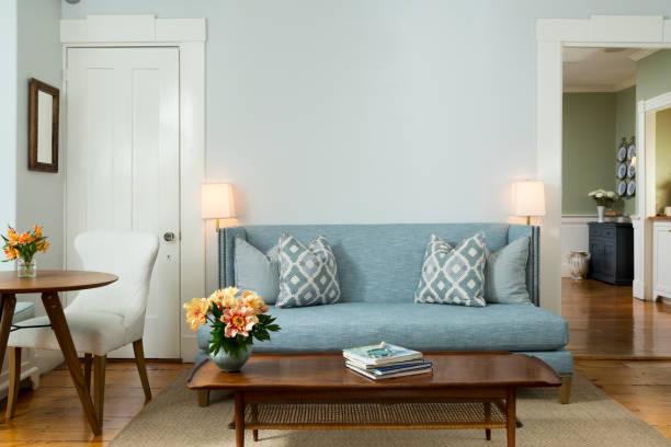 Living room with blue sofa in Mid-Century theme:スマホ壁紙(壁紙.com)