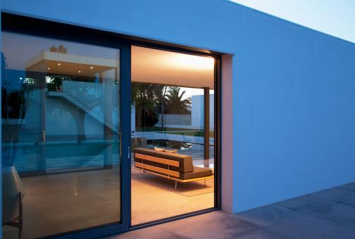 Villa「Living room of modern house」:スマホ壁紙(1)