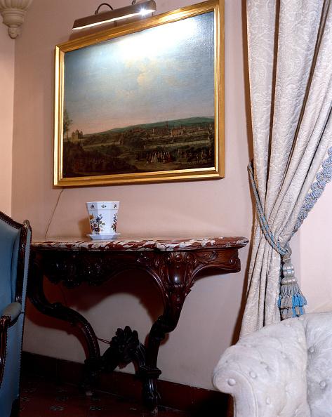 花瓶「Living room with wooden table and curtain」:写真・画像(19)[壁紙.com]