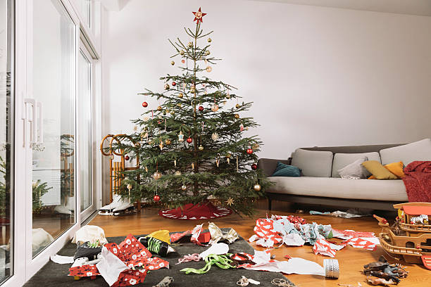 Living room on Christmas morning with torn up wrapping paper in front of the tree:スマホ壁紙(壁紙.com)