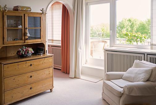 ドイツ「Living room with armchair and old cupboard」:スマホ壁紙(12)