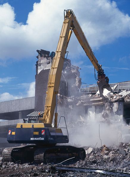 Dust「Demolition of reinforced concrete frame buildings in Cwmbran for redevelopment of town centre using Komatsu plant.」:写真・画像(13)[壁紙.com]