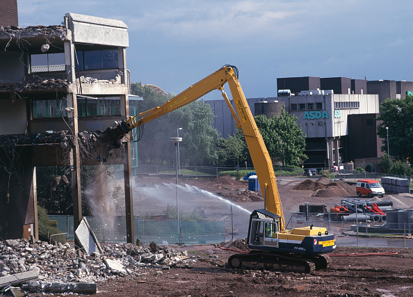 Demolishing「Demolition of reinforced concrete frame buildings in Cwmbran for redevelopment of town centre.  Water jet played over the falling concrete dampens down dust.」:写真・画像(14)[壁紙.com]