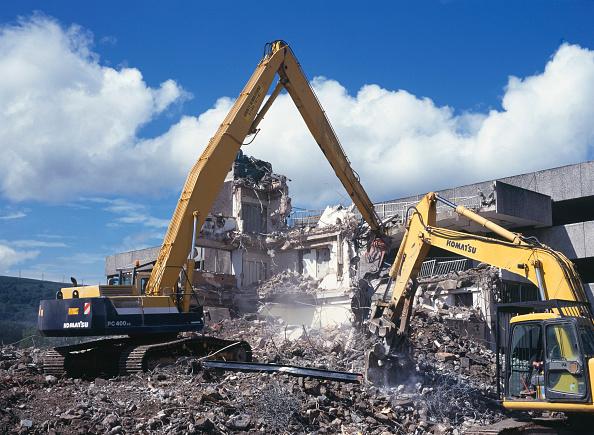 Demolishing「Demolition of reinforced concrete frame buildings in Cwmbran for redevelopment of town centre using Komatsu plant.」:写真・画像(0)[壁紙.com]