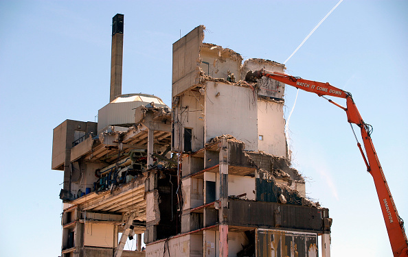 Construction Industry「Demolition of the former Greenwich District Hospital, Trafalgar Rd, East Greenwich, London. June 2006.  The former hospital was purchased by English Partnerships from the Queen Elizabeth Hospital NHS Trust in 2004 for redevelopment.」:写真・画像(2)[壁紙.com]