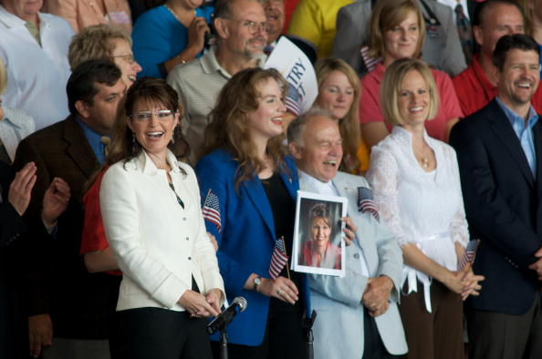 Support「McCain And Palin Attend Rally In Iowa」:写真・画像(2)[壁紙.com]