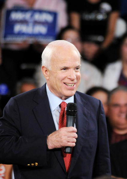 Gerardo Mora「McCain Attends Town Hall Meeting In Orlando」:写真・画像(12)[壁紙.com]