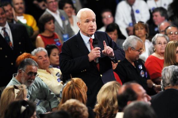 Gerardo Mora「McCain Attends Town Hall Meeting In Orlando」:写真・画像(2)[壁紙.com]