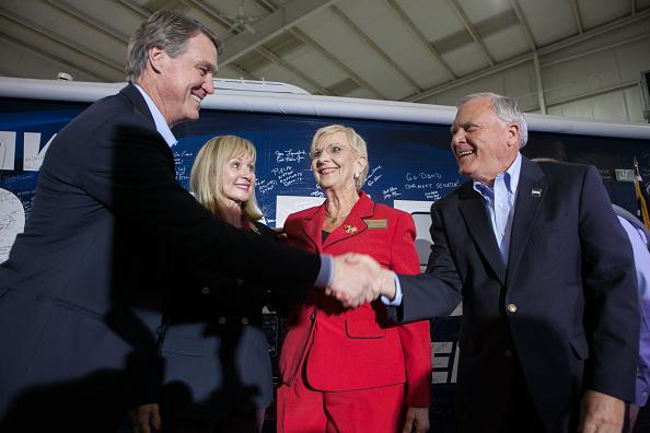 Jessica McGowan「GA Senate Candidate David Perdue Campaigns One Day Before Midterm Elections」:写真・画像(1)[壁紙.com]
