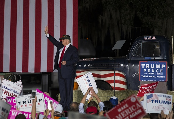 Tallahassee「Republican Presidential Nominee Donald Trump Holds Campaign Rally At The Tallahassee Car Museum」:写真・画像(6)[壁紙.com]
