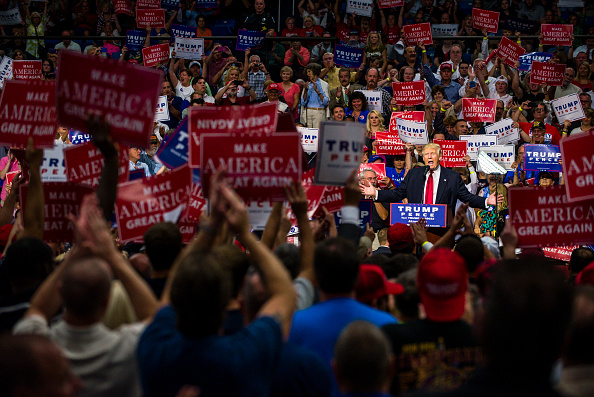 Watching「GOP Presidential Nominee Donald Trump Campaigns In Akron, Ohio」:写真・画像(6)[壁紙.com]
