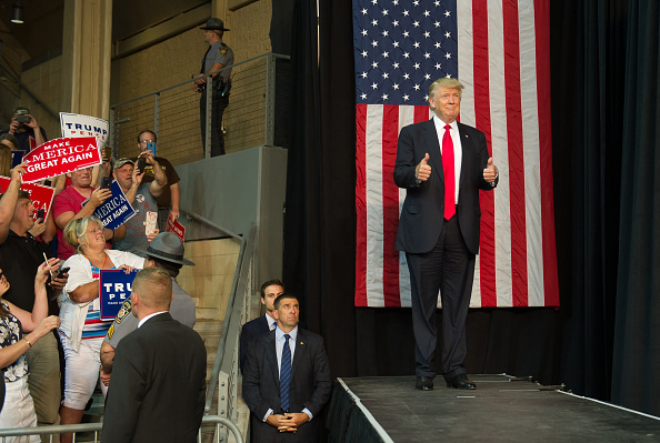 全身「Donald Trump Holds Campaign Rally In Erie, PA」:写真・画像(13)[壁紙.com]
