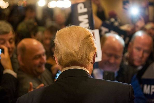 後ろ姿「Donald Trump Holds Town Hall In New Hampshire」:写真・画像(9)[壁紙.com]
