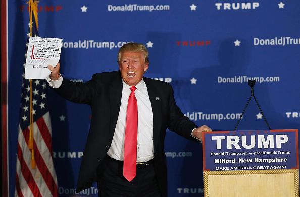 Lectern「Donald Trump Holds Campaign Rally In NH After Iowa Caucuses」:写真・画像(7)[壁紙.com]