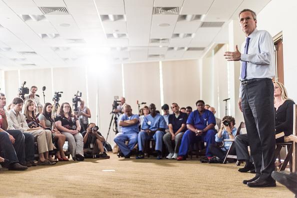 2016年米大統領選 共和党候補「Jeb Bush Tours Pharmaceutical Company In South Carolina」:写真・画像(4)[壁紙.com]