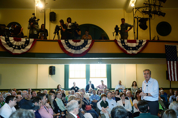 US Republican Party 2016 Presidential Candidate「Republican Presidential Candidate Jeb Bush Campaigns In New Hampshire」:写真・画像(11)[壁紙.com]