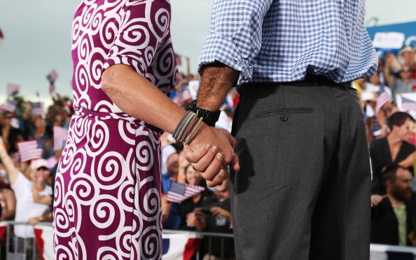 Holding Hands「Mitt Romney Campaigns In Florida And Virginia」:写真・画像(1)[壁紙.com]