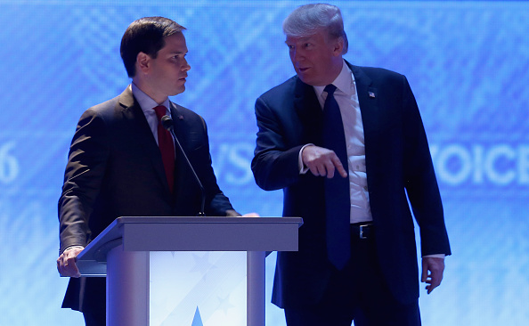 Two People「Republican Candidates Debate In New Hampshire Days Before State's Primary」:写真・画像(15)[壁紙.com]
