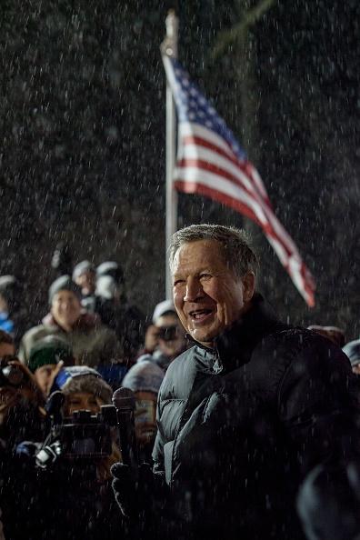 政治と行政「John Kasich Campaigns In New Hampshire One Day Before Primary」:写真・画像(10)[壁紙.com]