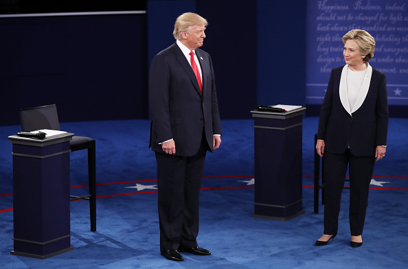 Standing「Candidates Hillary Clinton And Donald Trump Hold Second Presidential Debate At Washington University」:写真・画像(1)[壁紙.com]
