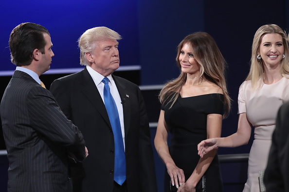 Family「Hillary Clinton And Donald Trump Face Off In First Presidential Debate At Hofstra University」:写真・画像(7)[壁紙.com]