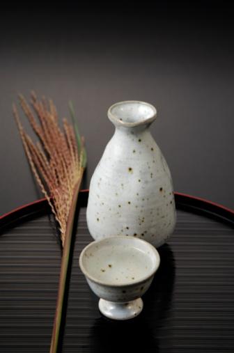 Sake「Sake cup and bottle on tray, black background」:スマホ壁紙(13)