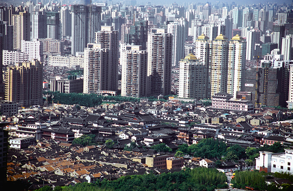 Old Town「The Old Town surrounded by new high-rise buildings in Shanghai, China 2005.」:写真・画像(1)[壁紙.com]