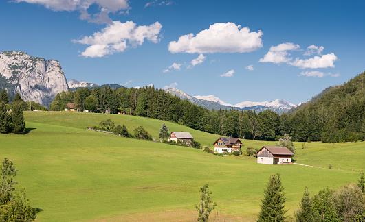 Mountain「見事なオーストリア アルプスのパノラマ、ザルツカンマーグート、Ausseerland、オーストリアの前にファーム山村」:スマホ壁紙(8)