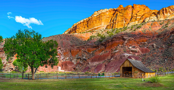 Capitol Reef National Park「Barn of the Gifford homestead in Capitol Reef Panorama」:スマホ壁紙(3)