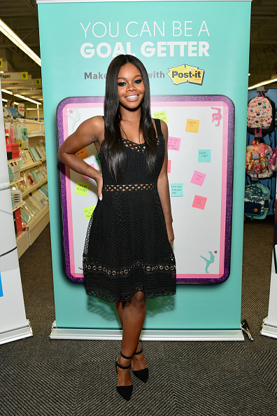 Adhesive Note「Champion Gymnast Gabby Douglas and Post-it Brand Make It Stick For Back-to-School 2017 at Staples in Burbank, CA」:写真・画像(4)[壁紙.com]